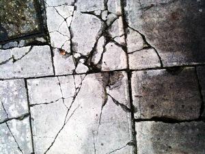 Bodenfliesen zerbrochen