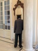 leerer Mensch in Anzug, ohne Kopf, betrachtet sich im Spiegel (zeitgenössischer gr Künstler, Name vergessen)