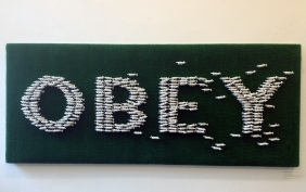 OBEY (Gehorche, Schafs-Installation)
