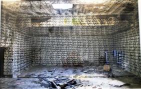 1000 mal Entschuldigung (Schriftzug an den Wänden einer aufgegebenen Fabrik (Druck))