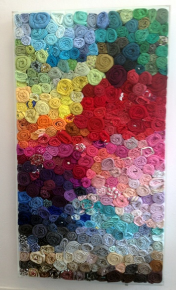 Installation aus gefärbten Tuchballen