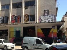 öffentliches Gebäude mit Bildertafeln