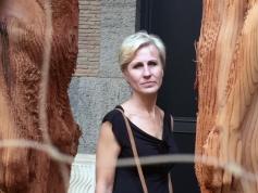 auf einmal erschien diese Frau zwischen den Skulpturen. Ich hoffe, keine Persönlichkeitsrechte zu verletzen, indem ich ihr Portrait zwischen den anderen zeige.