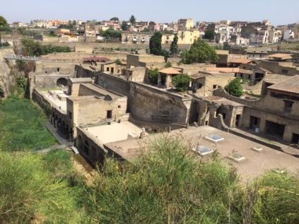 Ausgrabung Herkulaneum (Teilansicht) und angrenzende Häuser von Ercolani
