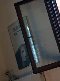 offenes Fenster und Plakat