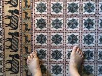 alte Füße auf weichem Teppich
