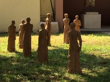 Installation mit Tonfiguren von P. Kasimati