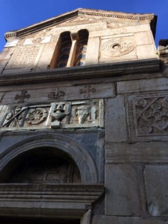 "Fassade der alten Kirche ""Ag Eleftherius"", Spolien hervorgehoben"