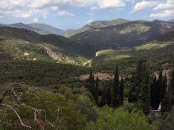im Tal die byzantinische Kirche mit Zypressen